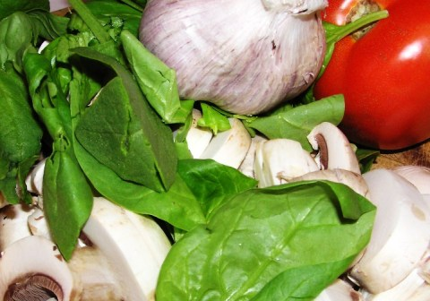 fresh mushrooms, spinach, garlic and tomato