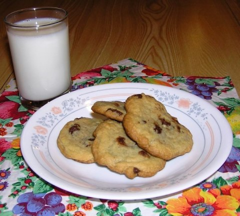 toll house cookies and milk